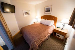 A bed or beds in a room at Jasper Inn & Suites