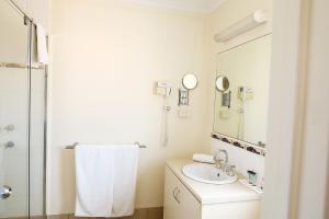 A bathroom at Kalbarri Edge Resort