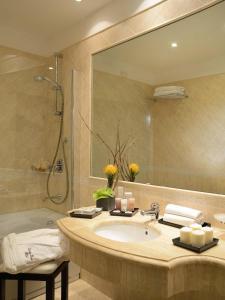 A bathroom at Colonna Palace