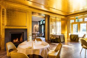 A restaurant or other place to eat at Restaurant Hotel Merlet
