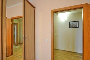 Телевизор и/или развлекательный центр в Apartments on Kosmonavtov