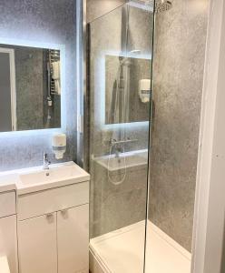 A bathroom at King Robert Hotel