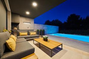 The swimming pool at or close to Villa Contessa