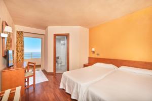 سرير أو أسرّة في غرفة في MLL Blue Bay