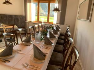 Ein Restaurant oder anderes Speiselokal in der Unterkunft Bürgerhof Katzenfurt