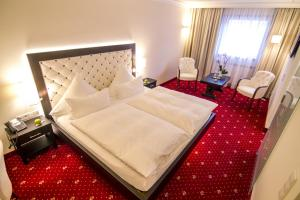 A bed or beds in a room at Zur Weinsteige****