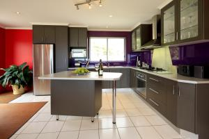 A kitchen or kitchenette at Sisters Beach Retreat
