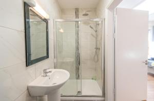 A bathroom at The Arch Accommodation