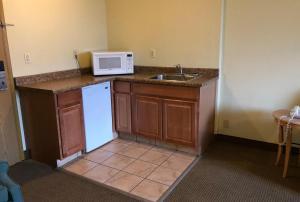 A kitchen or kitchenette at Knights Inn Evanston