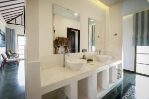 A bathroom at Cassia Cottage