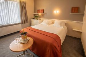 A bed or beds in a room at Hotel Lido