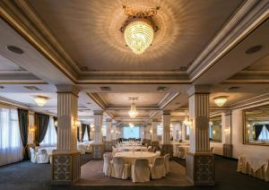 A restaurant or other place to eat at Majestic Hotel