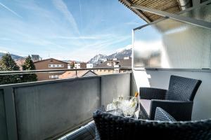 Ein Balkon oder eine Terrasse in der Unterkunft BinderS Budget City-Mountain Hotel