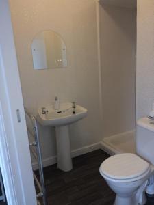 A bathroom at The Sea Lynn Guest House