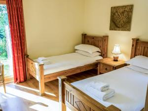 A bed or beds in a room at Holiday Home Glenlogie