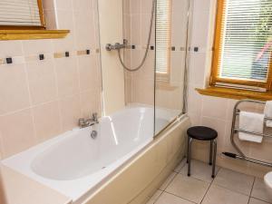 A bathroom at Holiday Home Glenlogie