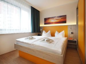 A bed or beds in a room at Kurhotel zu Heringsdorf