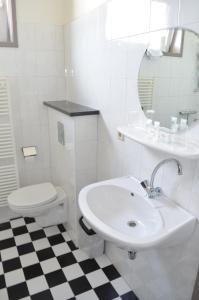 Un baño de Hotel Stad en Land