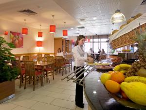 A restaurant or other place to eat at Hotel ibis Lisboa Jose Malhoa