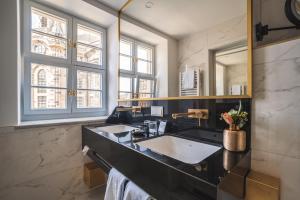 Ein Badezimmer in der Unterkunft Hotel Suitess