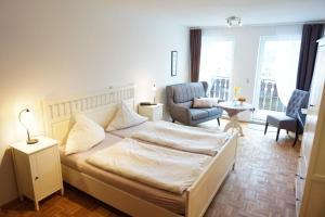 A bed or beds in a room at Pension und Gästehaus Tüxen