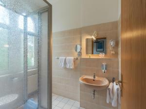 Ein Badezimmer in der Unterkunft Hotel Villa Raueneck