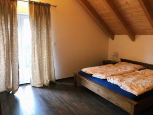 Posteľ alebo postele v izbe v ubytovaní Cozy cottage house Drienica