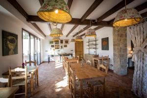 Un restaurante o sitio para comer en Mas El Barber (Adults only)