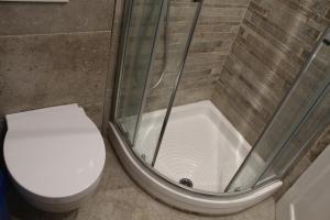 Salle de bains dans l'établissement Rina Rooms