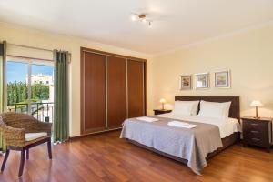 A bed or beds in a room at Villas Alto da Ria