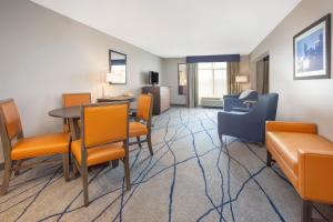 A seating area at Wingate by Wyndham Indianapolis Airport Plainfield