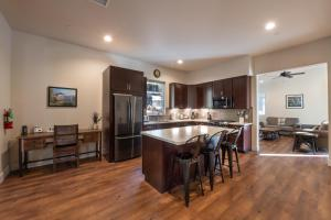 A restaurant or other place to eat at Boulder Ridge - 3BR/2BA Holiday Home