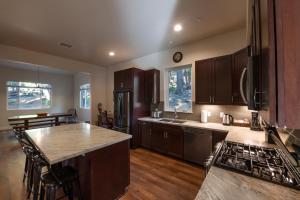 A kitchen or kitchenette at Boulder Ridge - 3BR/2BA Holiday Home