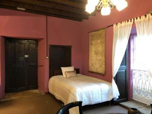 A bed or beds in a room at Pazo de Laia