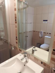 A bathroom at Hill View Hotel Apartments