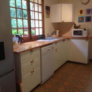 Een keuken of kitchenette bij La Bergerie