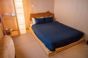 A bed or beds in a room at Powder Recon Lodge
