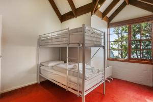 A bunk bed or bunk beds in a room at Cornwall Cottage, 3 bedroom, Fantastic View