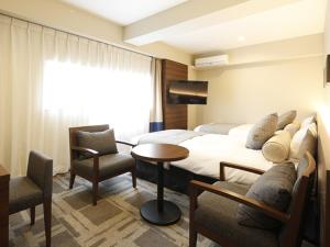 A seating area at Hotel Wing International Yokohama Kannai