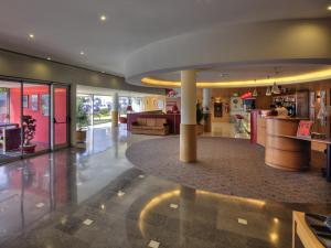 De lobby of receptie bij Hotel ibis Porto Sao Joao