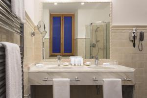 A bathroom at Hotel Cenobio Dei Dogi