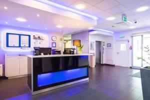 The lobby or reception area at ibis budget Torun