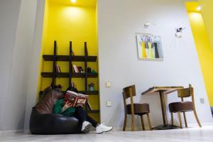 Uma área de estar em Travel Inn Hostel