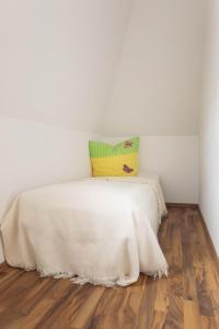 A bed or beds in a room at Ferienwohnung Rex