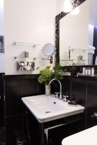 A bathroom at Hôtel Le Relais Saint-Germain