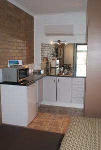 A kitchen or kitchenette at Peppinella Motel