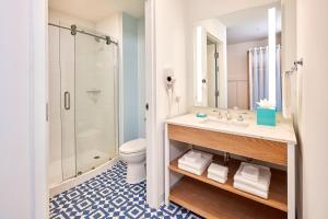 A bathroom at Universal's Endless Summer Resort - Surfside Inn and Suites