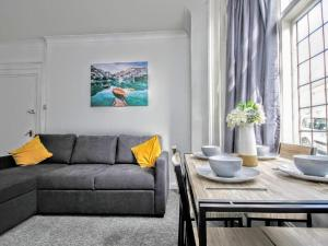 A seating area at Queens Square Flat 1 Brighton