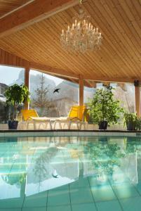 Der Swimmingpool an oder in der Nähe von Chalet Hotel Adler