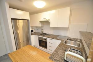 A kitchen or kitchenette at Darlinghurst Fully Self Contained Modern 1 Bed Apartment (POP)